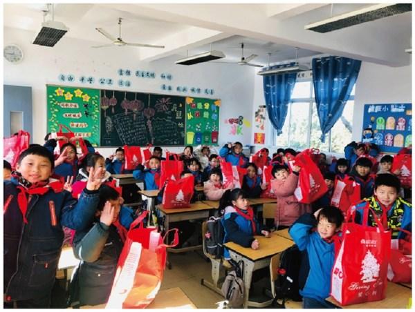 上海文河小学学生们收到爱心礼包