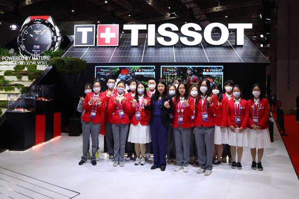 天梭中国区副总裁戴俊珺女士与大学生志愿者合影