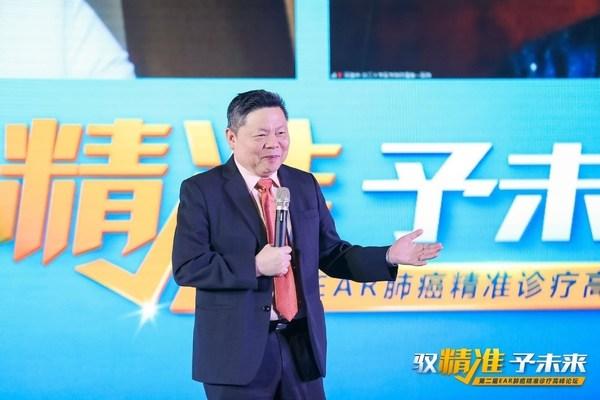 吴一龙教授主持大会并致辞