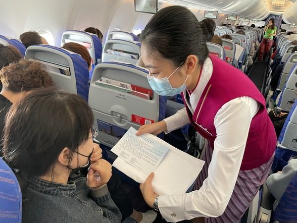 南航空乘人员向旅客发放倡导关爱自闭症群体的一封信