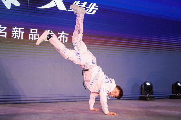 特步品牌街舞推广大使杨凯现身以舞会英雄