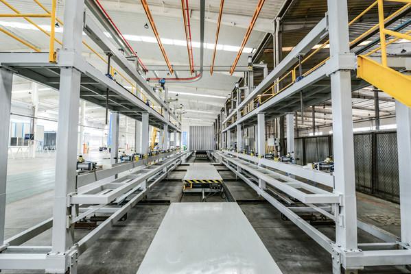 中集车辆提供厢体六大片模块,并在山东汽车车间完成整厢组装