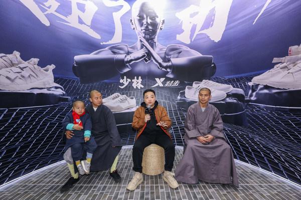 特步品牌产品设计师江源先生(中)携少林武僧延淀法师(左)、延炫法师(右)独家解构2021全新秀款