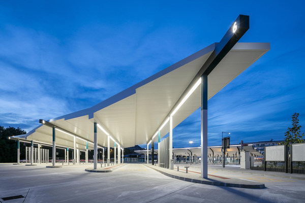 捷克尼特拉公共汽车总站:该汽车总站别具特色,紧凑结构中巧妙地融合了创新设计。此作品由Studio 519设计,mmcité+建造,二者均位于捷克的比洛维采地区。