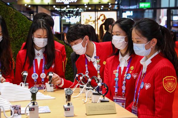 大学生志愿者参观天梭展台