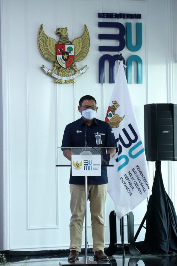 BRI副总裁Catur Budi Harto 2021年9月13日在雅加达举行的Ultra Micro SOE holding成立股份转让协议签署仪式上发表报告。