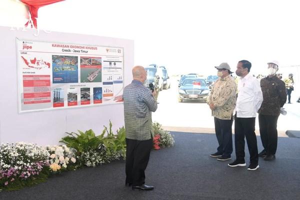 PT AKR Corporindo总裁Haryanto Adikoesoemo重点向总统Joko Widodo介绍了格雷西克经济特区的各项显著特点
