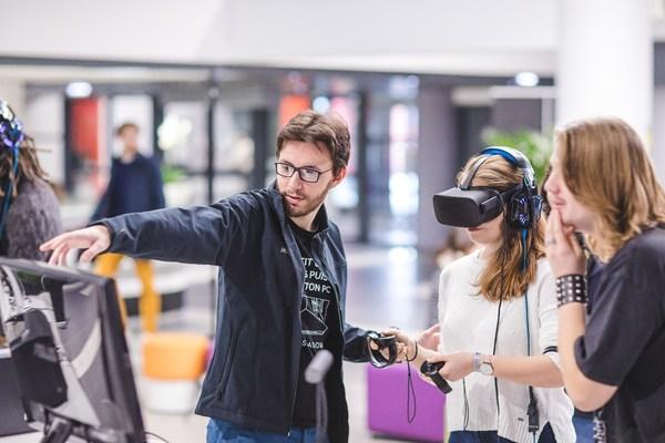 SKEMA商学院学生在校园内体验VR技术