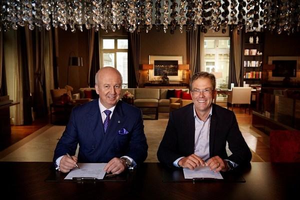施柏阁酒店股份公司及德意志酒店集团首席执行官马库斯·贝纳尔(左)与保时捷设计精品集团首席执行官杨·贝克尔(右)