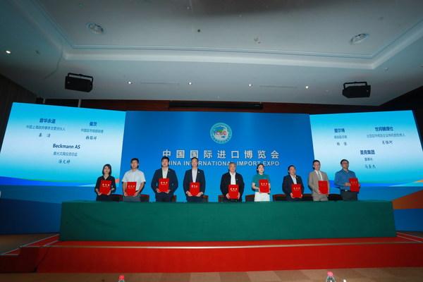 CBRE北亚区市场及企业传讯部负责人肖惟珂 (右二)参加第五届进博会参展合同签署仪式