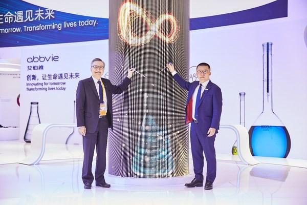 艾伯维中国总经理欧思朗(左)与艾伯维旗下艾尔建美学中国总经理丘汉华(右)共同为展台揭幕