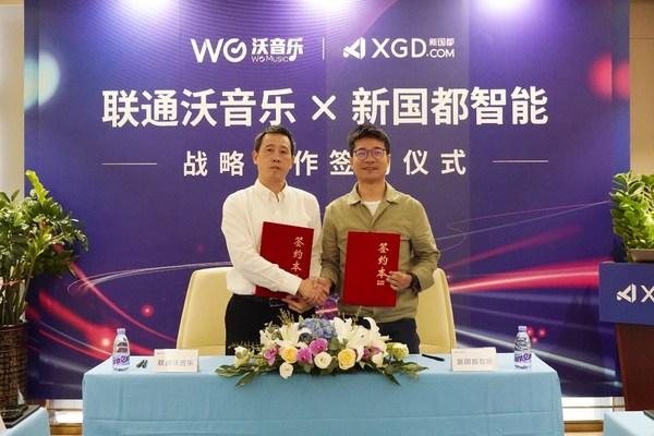 联通在线沃音乐总经理李韩(左)与新国都智能总经理张绪波(右)签署战略合作协议