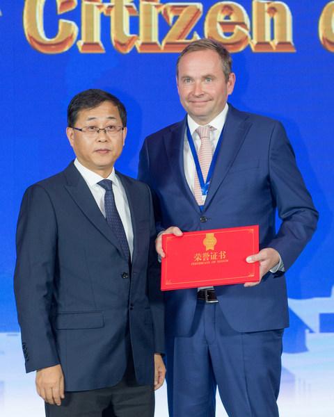 常熟市人大常委会主任杨崇华先生为柏特利先生颁发荣誉证书