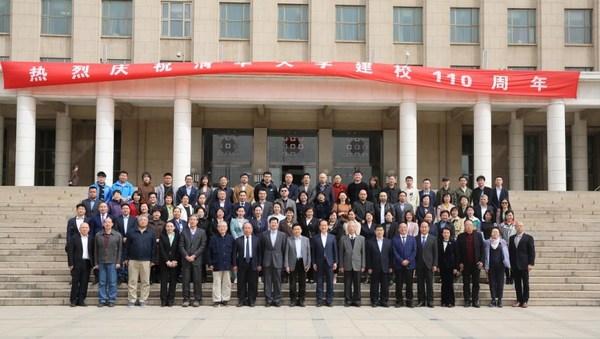 4月16日,清华大学社会科学学院和中国医师协会人文医学专业委员会在京举办清华大学110周年校庆系列活动之医学人文论坛。图为与会嘉宾合影。