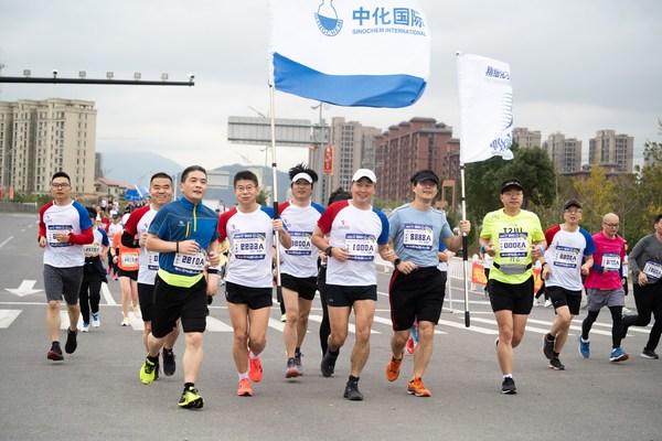 """刘红生带领""""中化跑团""""参跑半程马拉松"""