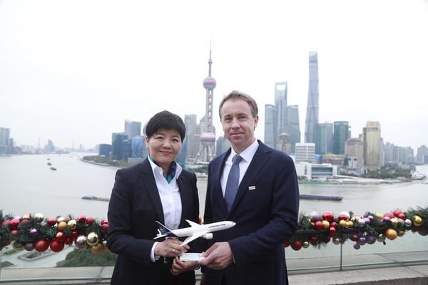 (左起)德国汉莎货运航空公司中国区首席代表糜冬梅与德铁信可大中华区首席执行官Christopher Pollard