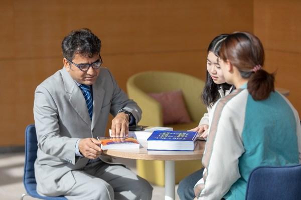 外籍教师为学生指导功课