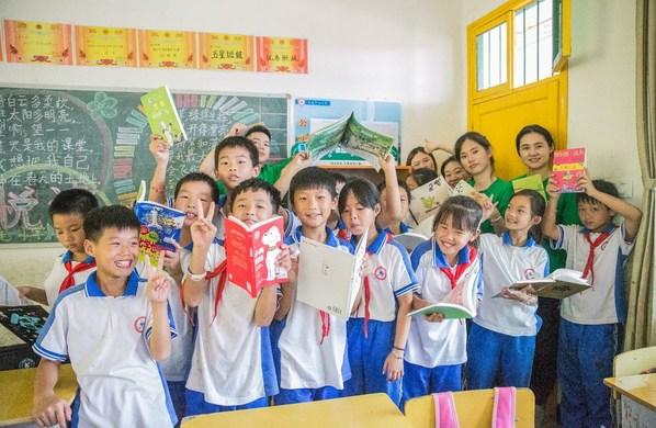 星巴克志愿者们与孩子们一同阅读创想