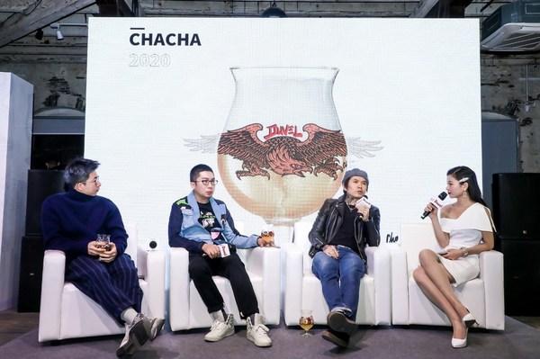 三位来自不同领域的国内艺术家:Moretong(左一)、陈欣(左二)、Chacha(左三)