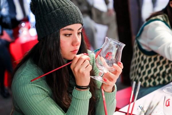 啤酒迷们进行艺术创作,在督威杯身上绘制作品,创造专属督威杯