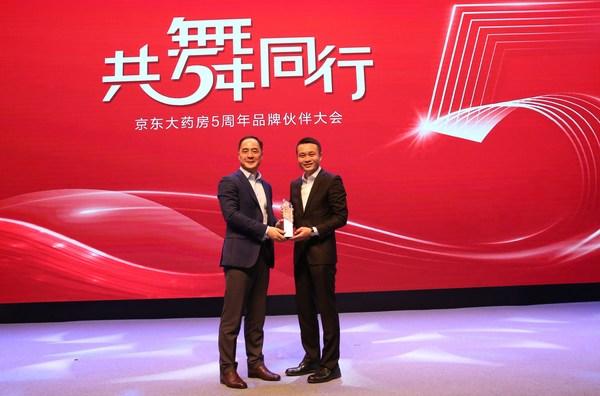 左起:卫材中国药业周洋、京东健康金恩林