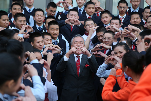 李锦记酱料集团主席李惠中先生与希望厨师在一起