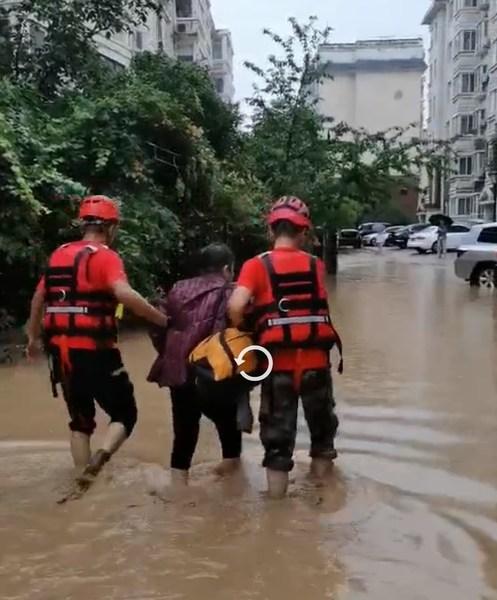 7月21日,壹基金紧急救援项目—河南省焦作市应急救援协会转移被困老人