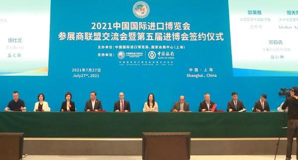 邓白氏在华主要运营主体华夏邓白氏总经理徐仁卿(右二)出席签约仪式