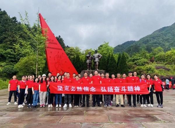 长生人寿党委组织全体党员干部赴革命老区参访学习