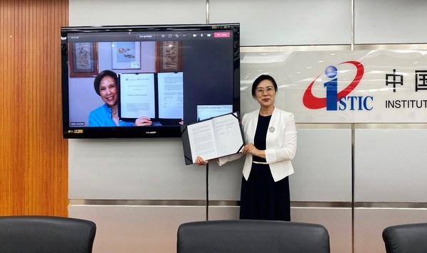 中信所党委书记、所长赵志耘及威科集团全球增长市场总裁及首席执行官Cathy Wolfe签署并展示战略合作协议