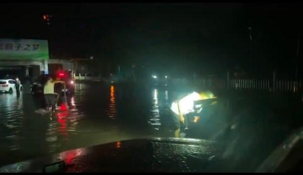 壹基金紧急救援项目-永安应急救援队在平顶山市宝丰县开展低洼积水处车辆救援(视频截图)
