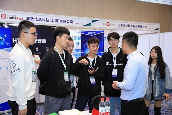 """大会特别设计""""护照打卡""""活动,增加展商与参会者之间的沟通、交流环节。"""