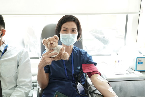 不分性别、无论国籍,捋袖献血,为人民群众的生命健康做出贡献。