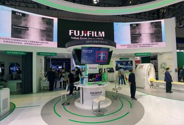 """富士胶片CMEF 2021展台设计围绕""""智慧诊疗综合解决方案""""主题,以旗下""""医用IT解决方案""""展区为中心,向四周辐射"""