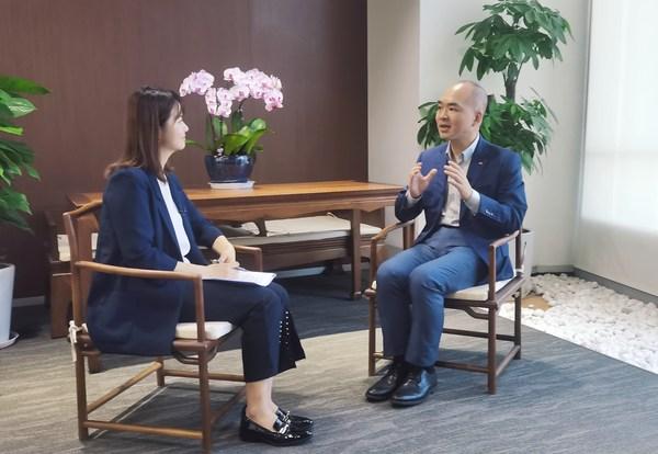 李锦记酱料集团中国区总裁张福钧(右)接受专访