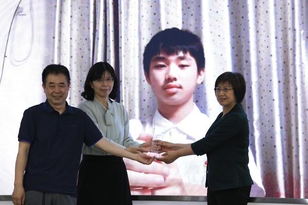 为特等奖选手广东实验中学的詹瀚楚颁发奖杯