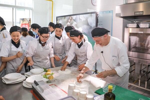 学生学习烹饪意大利料理