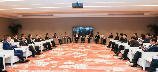 4月15日晚,安徽、黄山省市两级政府领导会见商会候选理事会班子成员及企业家代表