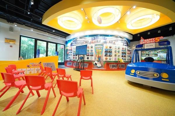 上海迪士尼小镇乐高品牌旗舰正值五周年