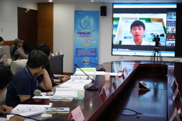参加决赛的选手们通过网络视频形式与评委交流
