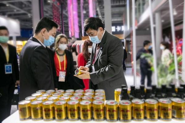 天丝集团驻中国特别代表及海南红牛总经理林明见(左)向泰国驻华大使阿塔育-习萨目(右)详细介绍红牛维生素风味饮料