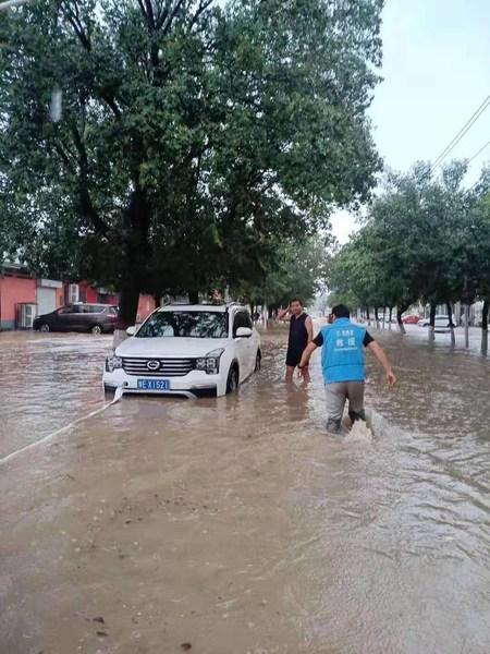 7月21日,壹基金紧急救援项目—河南安阳救援队进行道路救援,处理紧急突发事故