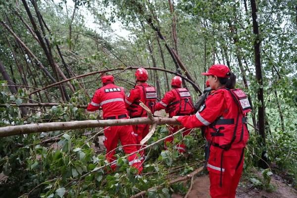 2021年7月21日,壹基金紧急救援项目-孟州应急救援协会在孟州市蟒河大堤巡堤,协助风险排查、灾害预警工作