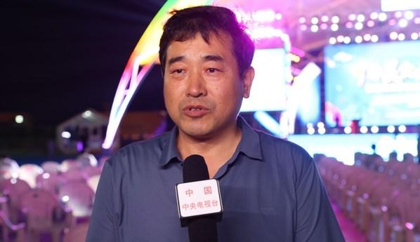 央视记者采访威海市海洋发展局王超 (央视记者  摄)