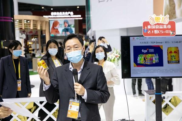 天丝集团驻中国特别代表在2020进博会泰国食品集市上向中方企业代表介绍产品