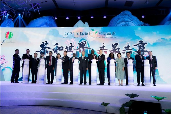 """活动最后,中外嘉宾代表共同点亮""""2021国际茶日""""字样,向全球茶人送上节日的祝福。"""