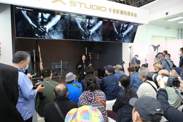 """薇白在P&E 2021富士胶片展台""""GFX STUDIO专业影棚""""分享拍摄经验"""