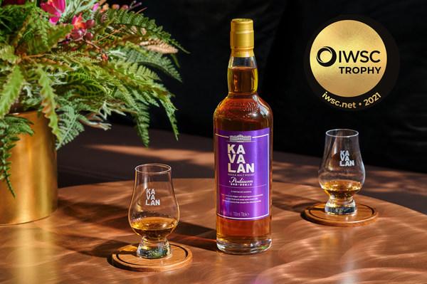 """噶玛兰堡典单一麦芽威士忌获颁2021年IWSC""""世界产区威士忌冠军奖杯"""",由美国橡木新桶与噶玛兰酒厂自有的重装桶酒液调配而成,层次细腻且平衡,优雅的乾净花香与甜蜜香气在入口后有着丰富惊喜的风味变化,丝绒般的滑顺口感、温柔饱满的酒体,受到评审青睐。"""