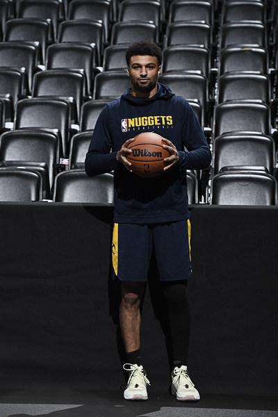 Wilson 顾问团成员兼 Denver Nuggets 控球后卫 Jamal Murray 手持新 NBA 官方比赛用球。