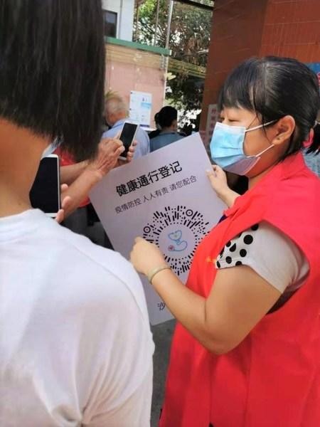 麦德龙广州番禺商场员工何凤华在检测点担任志愿者